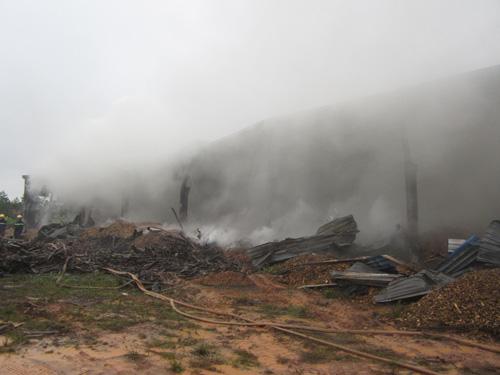Kho gỗ cháy ngùn ngụt, gần 100 người dập lửa dưới mưa - 1