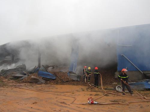 Kho gỗ cháy ngùn ngụt, gần 100 người dập lửa dưới mưa - 2