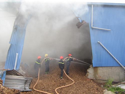 Kho gỗ cháy ngùn ngụt, gần 100 người dập lửa dưới mưa - 3