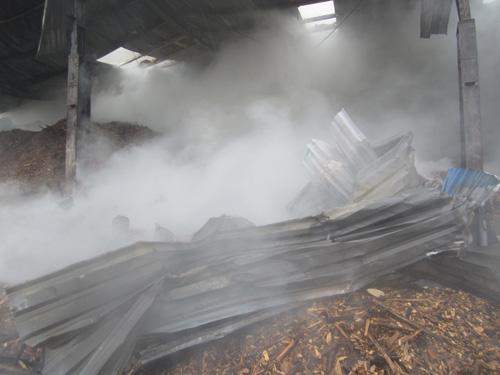 Kho gỗ cháy ngùn ngụt, gần 100 người dập lửa dưới mưa - 4