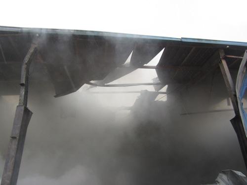Kho gỗ cháy ngùn ngụt, gần 100 người dập lửa dưới mưa - 5