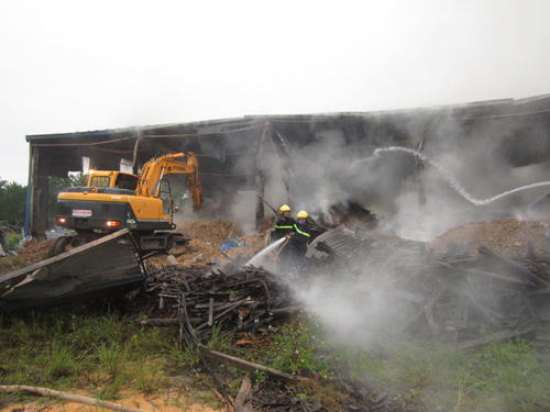 Kho gỗ cháy ngùn ngụt, gần 100 người dập lửa dưới mưa - 6