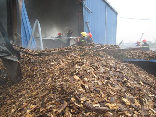 Kho gỗ cháy ngùn ngụt, gần 100 người dập lửa dưới mưa - 7
