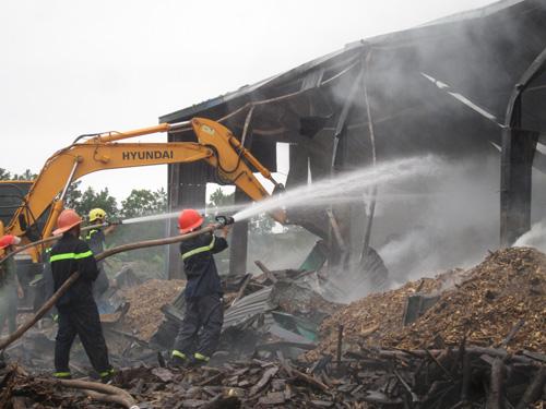 Kho gỗ cháy ngùn ngụt, gần 100 người dập lửa dưới mưa - 8
