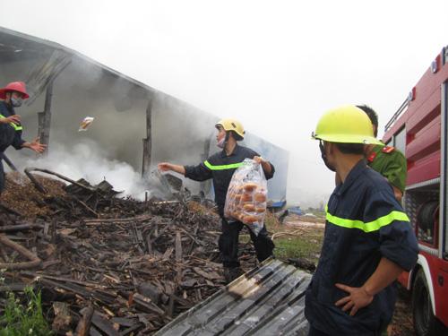 Kho gỗ cháy ngùn ngụt, gần 100 người dập lửa dưới mưa - 9