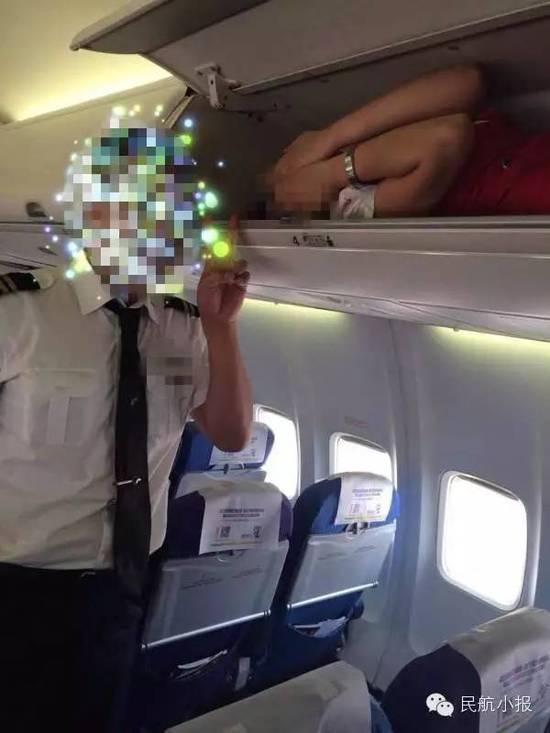 Phẫn nộ tiếp viên hàng không bị nhét vào giá chứa hành lý - 1