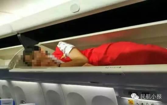 Phẫn nộ tiếp viên hàng không bị nhét vào giá chứa hành lý - 3