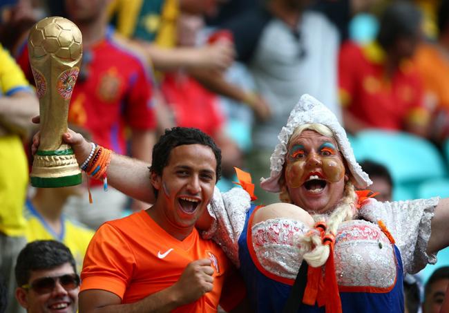 """"""" Cô gái Hà Lan """"  bỏ việc đi xem đá bóng."""