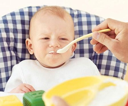 Sai lầm của bố mẹ có thể làm hỏng hệ tiêu hóa của bé - 1