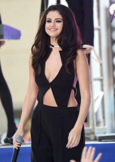 """Fan """"phát cuồng"""" với tiết mục táo bạo của Selena Gomez - 4"""