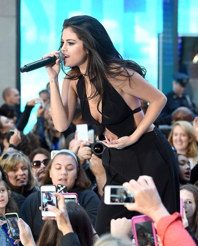 """Fan """"phát cuồng"""" với tiết mục táo bạo của Selena Gomez - 5"""