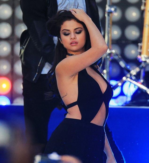 """Fan """"phát cuồng"""" với tiết mục táo bạo của Selena Gomez - 6"""
