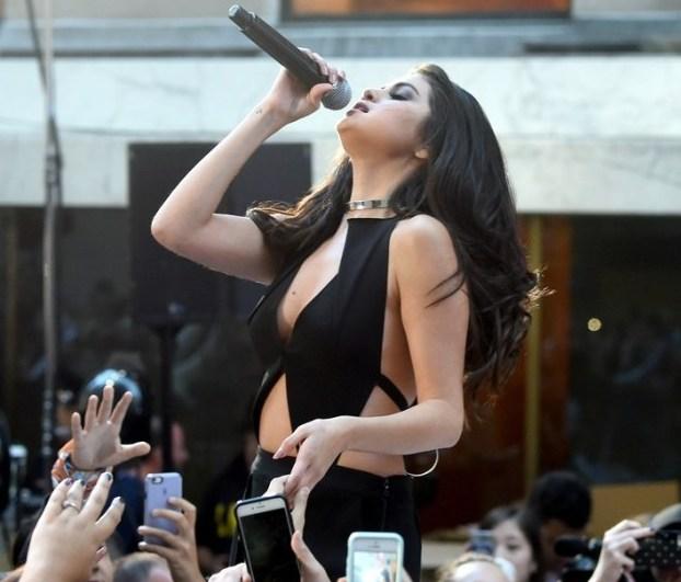 """Fan """"phát cuồng"""" với tiết mục táo bạo của Selena Gomez - 8"""