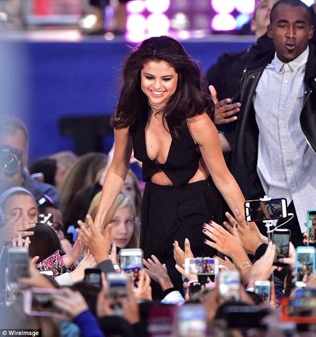 """Fan """"phát cuồng"""" với tiết mục táo bạo của Selena Gomez - 9"""