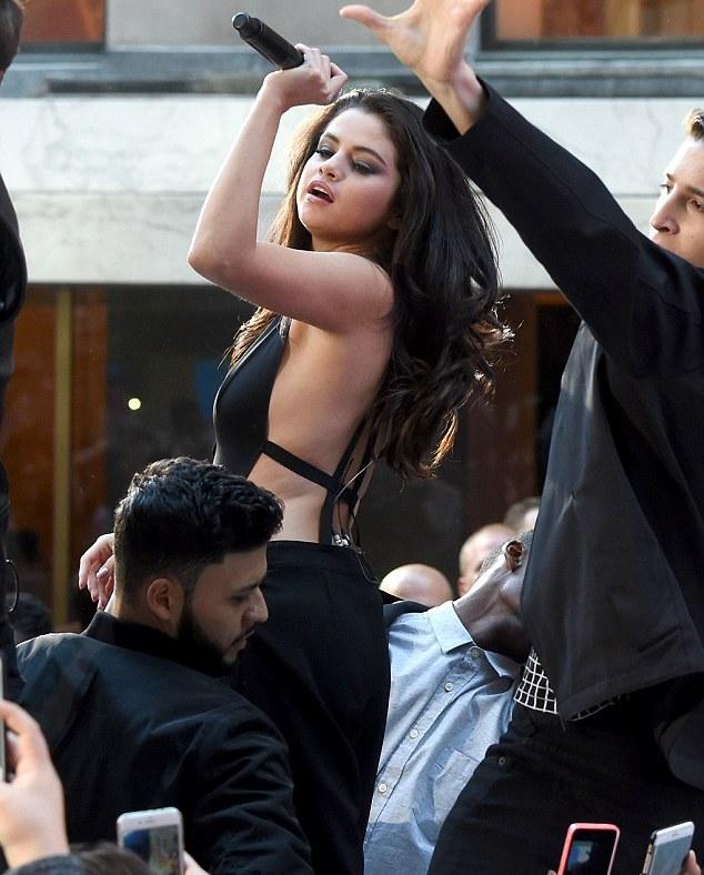 """Fan """"phát cuồng"""" với tiết mục táo bạo của Selena Gomez - 10"""