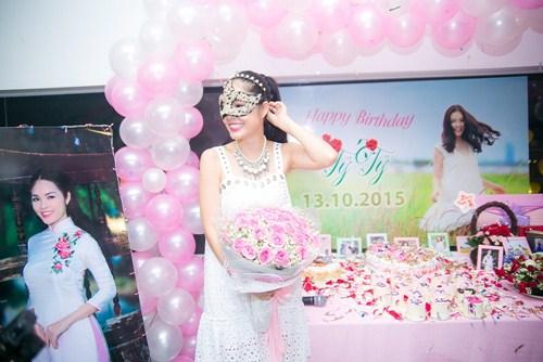 Cẩm Lynh liên tục bị fan làm khó trong ngày sinh nhật - 7