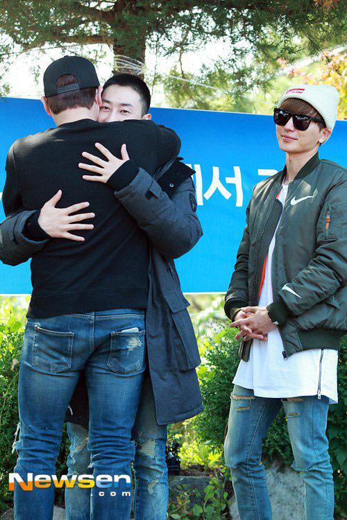 Chàng trai dí dỏm nhất nhóm Super Junior nhập ngũ - 4