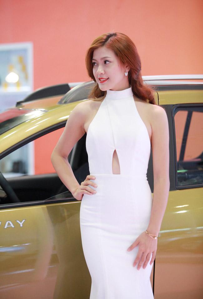 Tân Hoa khôi HN làm PG tại triển lãm ô tô - 4