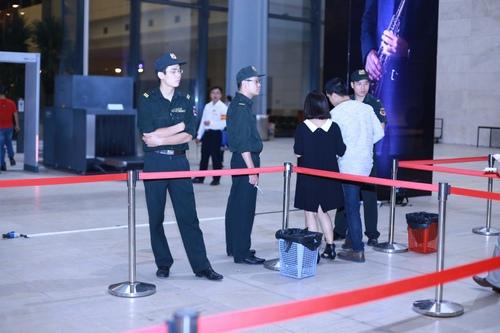 Fan Hà Nội xếp hàng dài cả cây số để xem Kenny G - 14