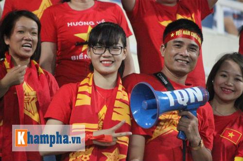 Fan nữ xinh Việt Nam & Thái Lan cùng tụ hội ở Mỹ Đình - 1