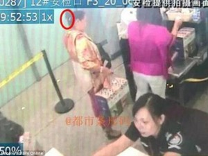 Trung Quốc: Mang dao lên máy bay để... gọt hoa quả