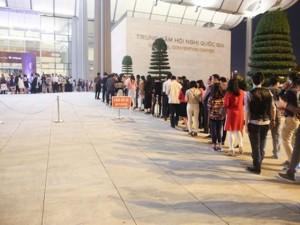 Fan Hà Nội xếp hàng dài cả cây số để xem Kenny G
