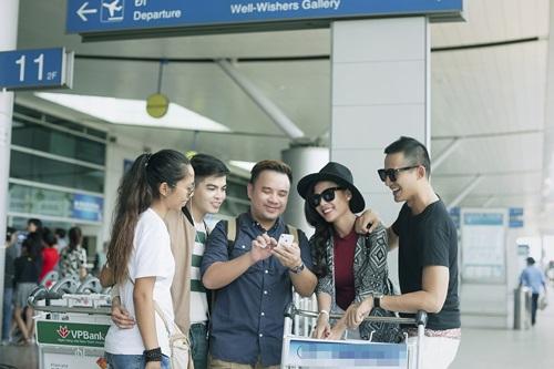 Vợ chồng Lương Thế Thành tình tứ ở sân bay - 8