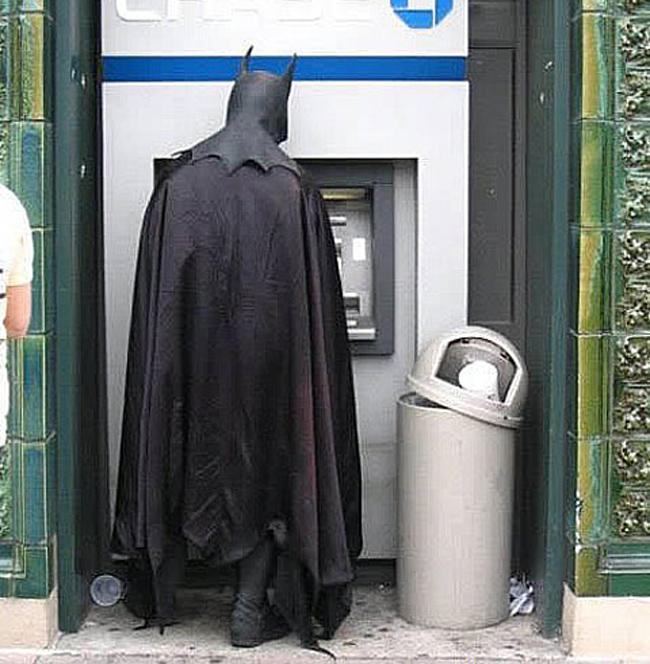 """"""" Người dơi """"  cũng dùng thẻ ATM sao?"""