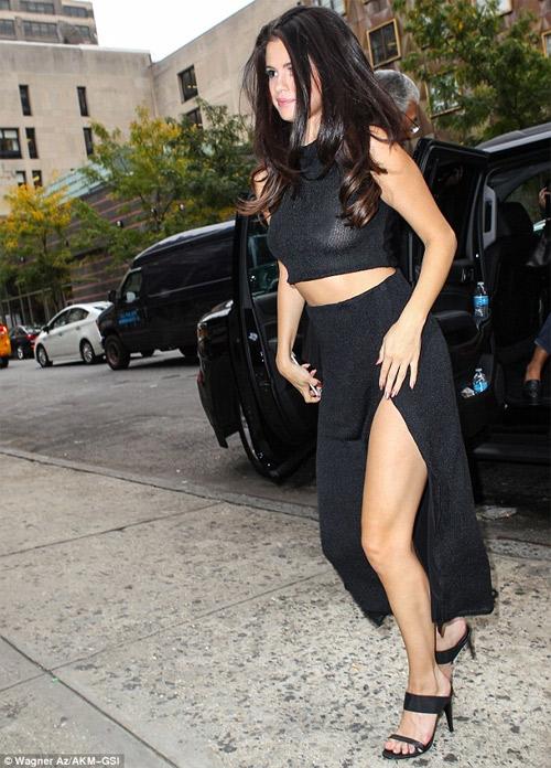 Selena Gomez táo bạo ủng hộ ngày Quốc tế không áo lót - 1