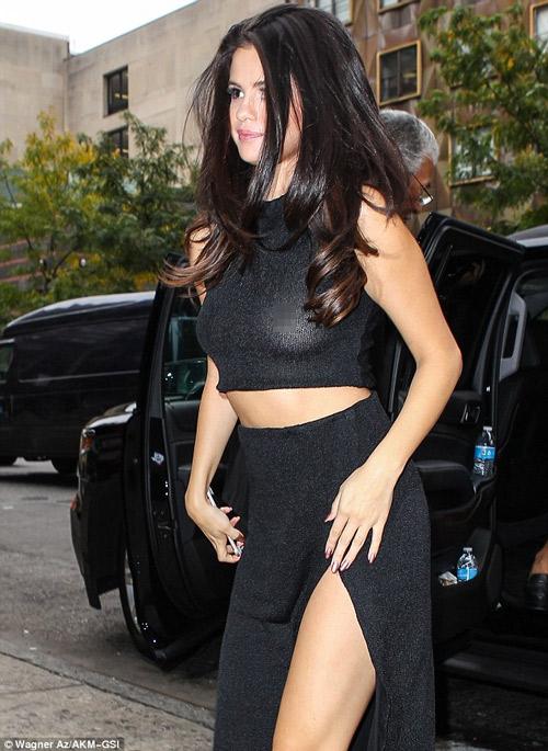 Selena Gomez táo bạo ủng hộ ngày Quốc tế không áo lót - 2