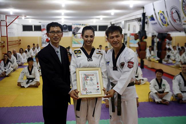 Thường ngày, ngoài công việc làm người mẫu, Choi Nunes cũng rất thích tập luyện Taekwondo, đó là một trong những lý do khiến Liên đoàn Taekwondo thế giới mời hoa hậu Brazil làm đại sứ thiện chí.