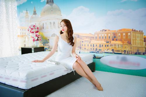 Trọn bộ ảnh diện váy ngủ quyến rũ của Kỳ Duyên - 2