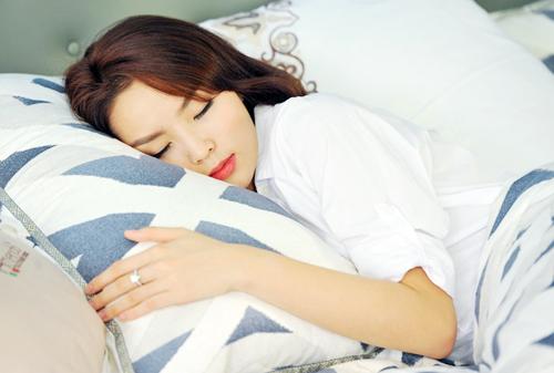 Trọn bộ ảnh diện váy ngủ quyến rũ của Kỳ Duyên - 11