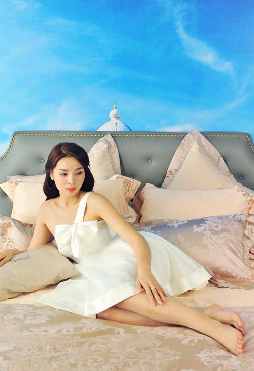 Trọn bộ ảnh diện váy ngủ quyến rũ của Kỳ Duyên - 9