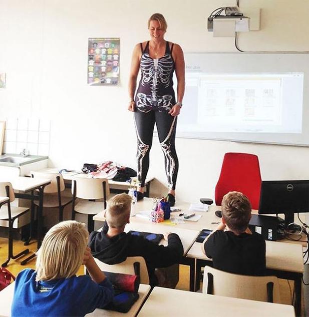 Cô giáo Hà Lan cởi đồ minh họa bài giảng cơ thể người - 4