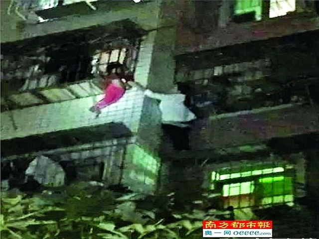 """""""Nữ người nhện"""" TQ tay không leo 5 tầng cứu bé sắp rơi - 1"""