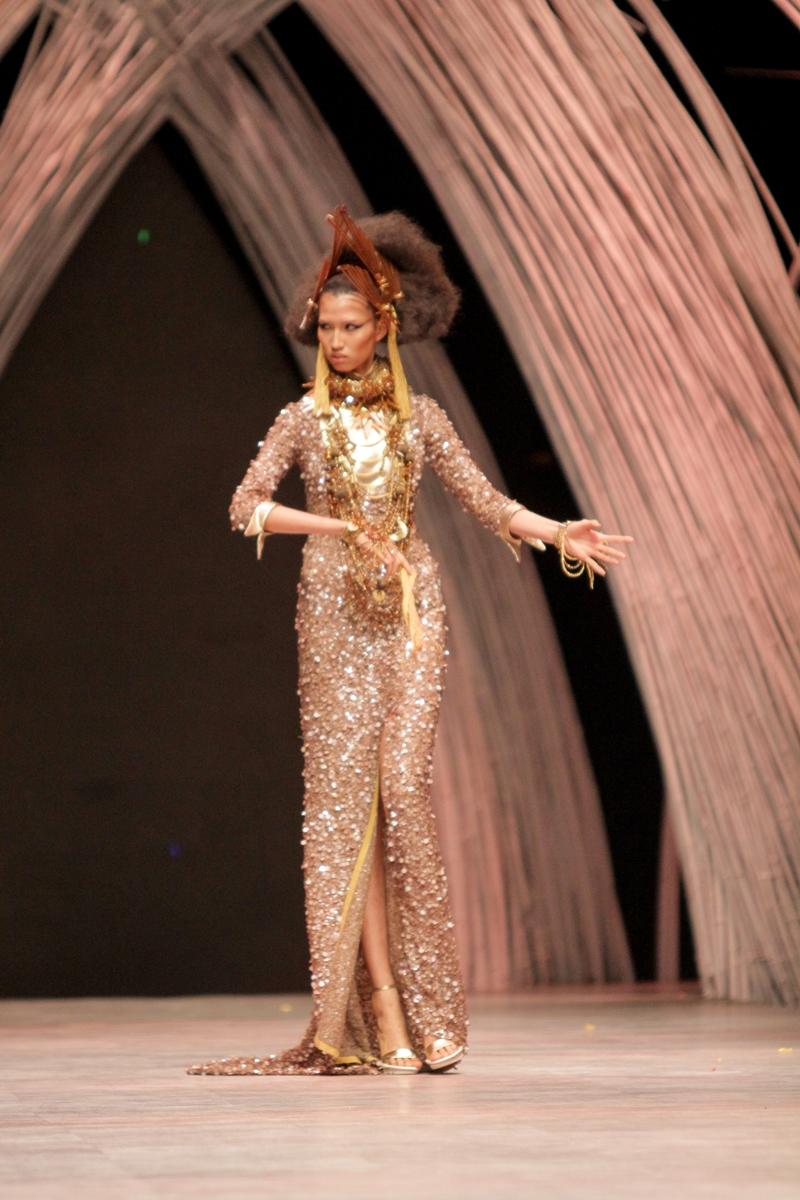 Chân dài 1m90 hóa nữ thần mặt trời trên sàn catwalk - 1