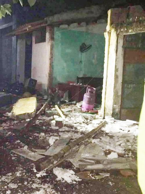 Sau tiếng nổ lớn, ngôi nhà cháy dữ dội rồi đổ sập - 1
