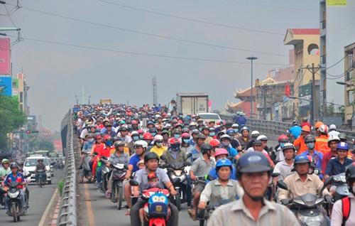 Gần trưa, Sài Gòn vẫn ẩn hiện trong sương mù - 1