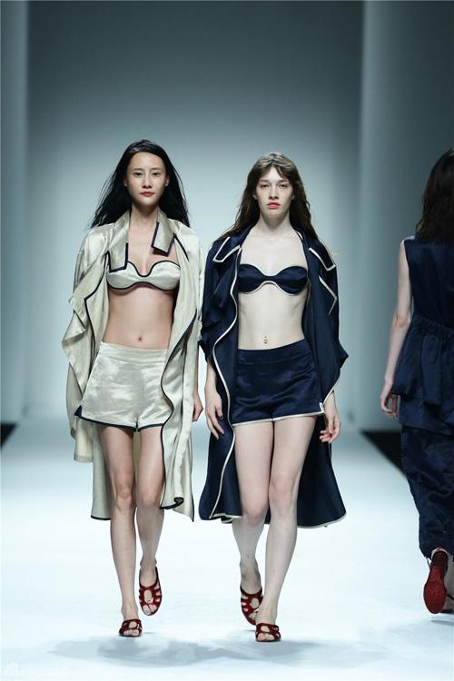 Váy rách, băng dính dán ngực lên sàn diễn Thượng Hải - 5