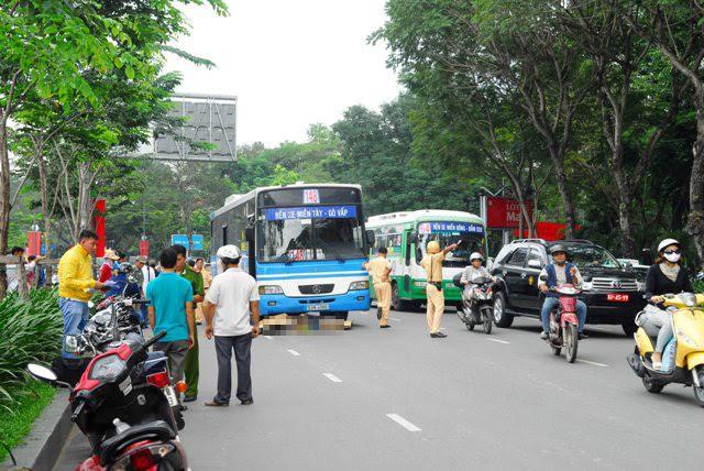 TP.HCM: Tai nạn chết người, đường từ sân bay về trung tâm tê liệt - 1