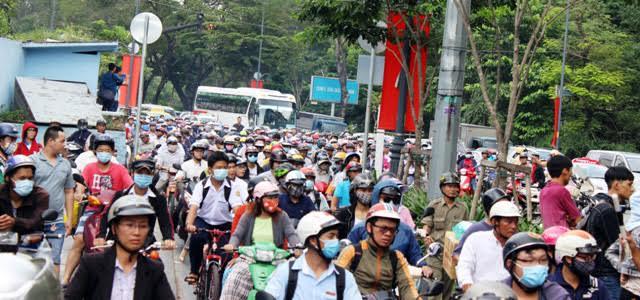 TP.HCM: Tai nạn chết người, đường từ sân bay về trung tâm tê liệt - 2