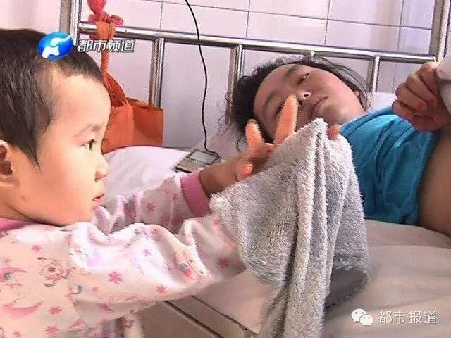 Trung Quốc: Bé 3 tuổi chăm mẹ bị tai nạn - 1