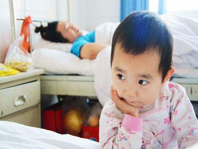 Trung Quốc: Bé 3 tuổi chăm mẹ bị tai nạn - 4