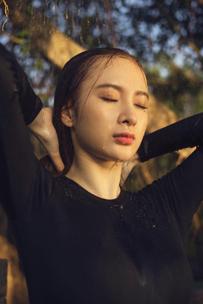 Đầu mùa hè 2015, Angela Phương Trinh  thiêu đốt  mọi ánh nhìn bằng bộ ảnh bikini ướt át.