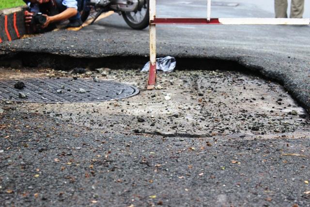 TP.HCM: Mặt đường phát nổ, người đi đường tháo chạy - 2