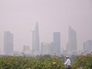 Tin tức trong ngày - Gần trưa, Sài Gòn vẫn ẩn hiện trong sương mù
