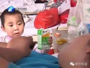Tin tức trong ngày - Trung Quốc: Bé 3 tuổi chăm mẹ bị tai nạn