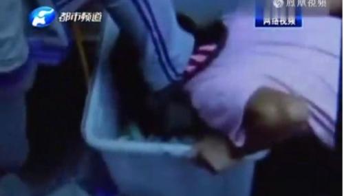 TQ: Nữ sinh ép bạn quỳ gối, dùng miệng bới rác - 1