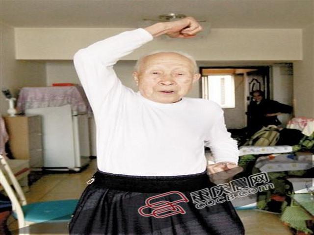 TQ: Cụ ông 95 tuổi hạ đo ván tên cướp - 1